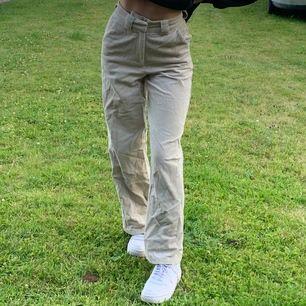 Säljer dessa helt oanvända Manchester byxor från Na-Kd (endast testade på bilden) storlek 32 men skulle även passa 34. Original pris 399kr. Köparen står för frakten💞🧚🏼♀️