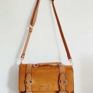 Brun väska från River Island i mocka med läderinslag. Knappt använd och därför som ny. Kan skickas - frakt tillkommer. Kan hämtas i Stockholm. ✨🌻☀️