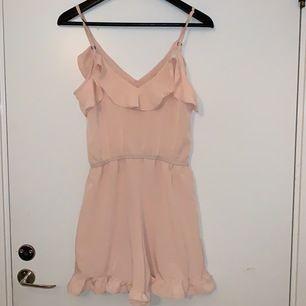 En super söt rosa playsuit från trendy!! Frakt ingår i priset men kan sänka priset om man kan träffas 🥰
