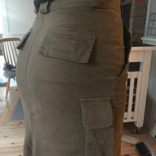 Skitsnygg långkjol brun/mörk beige med fickor, knappgylf och slits på baksidan😍❤️ Har sytt ihop slitsen en bit ner för att få den tajtare men går enkelt att spretta upp. Kan mötas upp eller frakta (köparen står för fraktkostnad). Använd fåtal gånger!