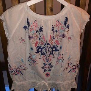 Säljer denna fina t-shirt/blus från Odd Molly, storlek 0. Mkt sparsamt använd och perfekt skick!! Det enda som finns att anmärka på är att rosetterna på ärmarna gått upp lite men det kan du nog lätt lösa med att sy ett litet stygn🌸🌺💗🥰  frakt= 36 kr