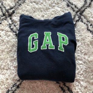 Mörkblå gap hoodie med texten i grön färg. Pga stort visat intresse och efterfrågan av budgivning, så går de att buda fram till lördag 18/7 eller 19/7, då jag kommer hem!💓🥰 högsta budet nu ligger på: 80kr    (Priset är inte inklusive frakt)