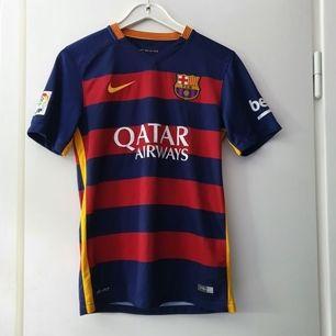 En FC Barcelona fotbolls tröja, säsongen 2015-2016, med tryck på ryggen Piqué nr 3. Mycket fint skick! Unisex. Ligger uppe på andra sidor så först till kvarn gäller!