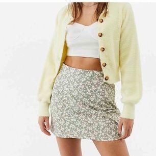 Säljer denna superfina sommar kjol, köpt på plick men var tyvärr för liten💕 oanvänd❤️