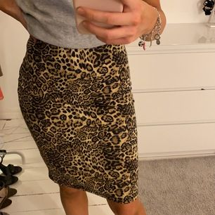 Leopard kjol med slits på baksidan. Sitter tajt och är i storlek 34, från New Yorker.