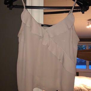 Jättesöt linne från Gina tricot! Köpte den för två år sen och säljer den för att den nu är för liten. Köparen står för frakten.