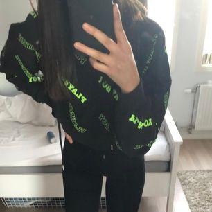 """En croppad hoodie, med liten text över hela där det står """"Playboy"""". Collab med missguided. Använd fåtal gånger. Kontakta mig vid fler bilder!"""