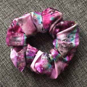 Säljer scrunchies för 15kr/st + frakt🥰 hör av er om ni är intresserade av att köpa!🦋🦋