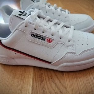 Skit snygga adidas skor, Använda en gång. Men dom passade inte så är använda typ en timme.. Helt nya och fräscha.. Strl 38.. Köparen står för frakt ☀️