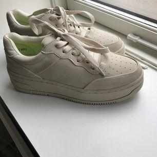 Helt oanvända skitsnygga beigea skor köpta på dinsko! Storlek 36. Materialet är i mocka. Säljer pga att de inte passar mig! 500kr + frakt. Vid snabb affär kan priset diskuteras.