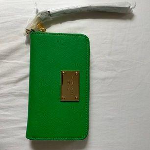 Stilren Michael Kors plånbok i grönt! Aldrig använd, är som helt ny. Den är äkta vara🦋 nypris: 1200, säljer för 800 kr. Frakt tillkommer