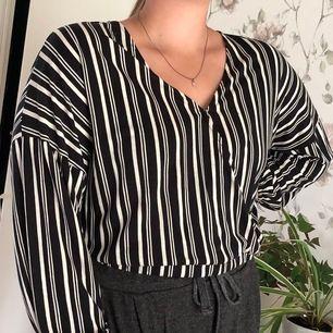Oanvänd långärmad tröja som sitter löst och ledigt. Säljer den eftersom att den va för stor för mig. Så den är lite stor i storleken.