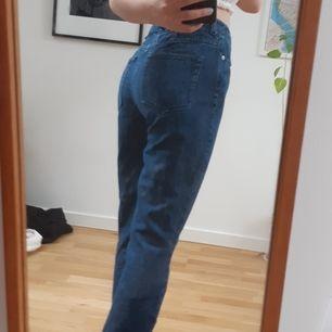 Ett par mörkblå jeans från Weekday i väldigt fint skick. Inga hål eller fläckar. Ganska liten storlek, passar mig som är 155 cm, men ska vara korta. Fler bilder kan skickas. Köparen står för frakt! :)
