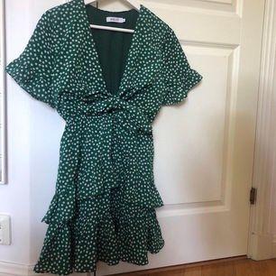 Grön- och vitprickig klänning från Vaye Women (hette Holly förut därför det står Holly på lappen). Orginalpris: 749 kr. Är i nyskick. Från förra årets kollektion.