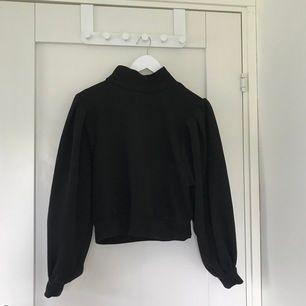 En helt ny svart tröja med coola ärmar 🥰🥰
