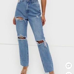 Säljer dessa håliga jeans från missguided, knapp använda. Obs har gjort egen slits på insidan av benet, syns på andra bilden. Storlek 36. Pris ink frakt