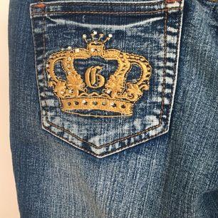 00s jeans från goodies jeans😍 supertrendiga lågmidjade jeans med brodering på bakfickorna! Säljer pga att de är för små för mig:(. Riktigt snygga jeans. Budet ligger på 150. Säljer till den som budar högst!