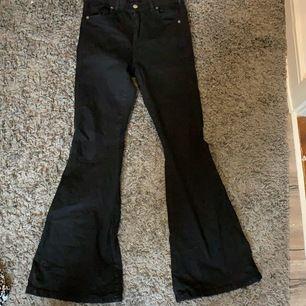 Ett par ut svängda det dr Denim  jeans som är oanvända är endast tvättade                       Längden:30 storlek:L
