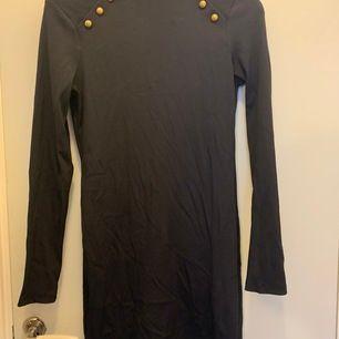 Marinblå klänning från hm aldrig använd. Stretchiga och skön.