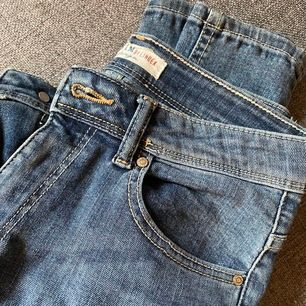 Superfina jeans som sälj pga för korta. Frakten är inte inräknad.