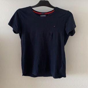 En superfin T-shirt ifrån Tommy Hilfiger som jag säljer pga att den inte passar mig längre🥺 det är strlk 176 men den sitter som en S 🥰 det är en liten fläck som inte syns så bra på bilden🥰 skriv för bättre bilder, köparen står för frakt.