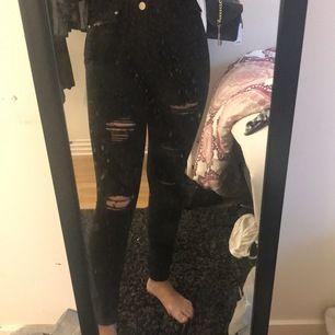 Supersnygga håliga jeans från boohoo. Helt nya och aldrig använda förutom till bilderna. Säljer pågrund av att de aldrig kommit till användning😍 köpta för 350 och säljer för 250