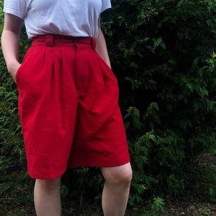 Ett par helt underbara röda långa högmidjade shorts! Otroligt sköna och skönt material. Sitter bra på mig som är M. 🌷 Kan fraktas. Betalning sker via Swish 🌷
