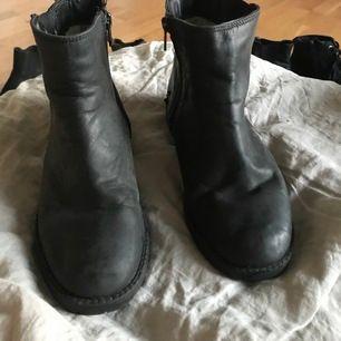 Ett par svarta läder boots från din sko i bra skick, dom är väldigt varma och tåliga då den har ett illegales innuti