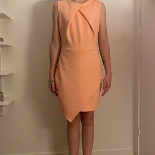 En classy klänning i S men skulle säga att den är lite liten i storleken aldrig använd 60 inkl frakt
