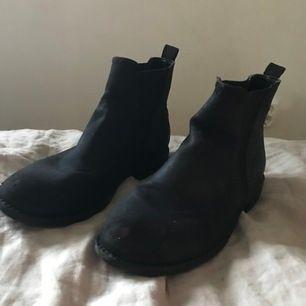 Ett par svarta läder boots från din sko väldigt bra skick och som fungerar till precis allt i din garderob och är totalt 👌🏻