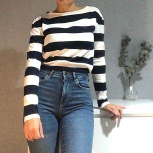 En randig långarmad tröja i färgerna vit och marinblå. Storlek : XS och Pris: 200kr inkluderad frakt