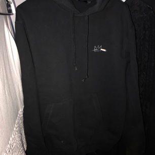 säljer min hov1 hoodie som jag inte längre använder. väldigt bra skick då den inte är mycket använd alls! nypris 600kr. kan mötas upp i stockholm eller så står köparen för frakten!💕