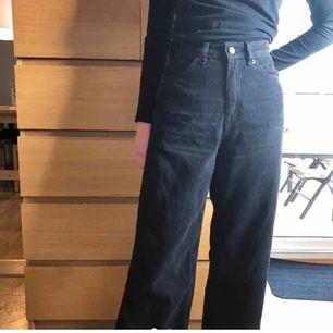 Vida, svarta jeans från Monki 🖤 Aldrig använda eftersom de tyvärr är för små för mig ( inte modellen ) Ganska säker på att de är i modellen Yoko🥰 Hör gärna av er vid frågor:)
