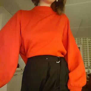 En röd tjocktröja med