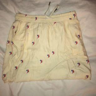 Gullig kjol med oklart mönster tror det är fåglar. Skön och fin 🌅 från Carin wester