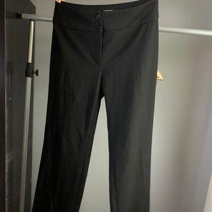 Högmidjade svarta kostymbyxor, endast använda 2 gånger. Säljes pga att de är för långa. Perfekta kostymbyxor för tjejer som är över 170 cm.