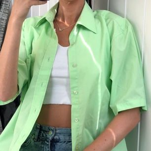 Grön T-Shirt Skjorta🐛 Passar XS-M beroende hur man vill ha passformen✨ Frakt 44kr