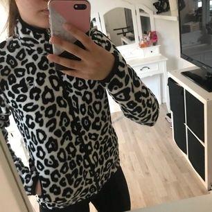Vit, svart Leopard tröja som är super skön och har fickor. Fickan går in på insidan, syns på bild 3 med det känns inte. Storlek S men passar mer en XS