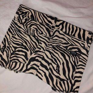 Zebra mönstrade shorts ifrån DR.DENIM. Aldrig använt då dom var för små för mig 🌟 köparen står för frakt