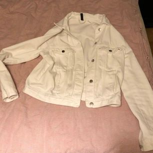 Säljer mina vita jeansjacka ,i bra skick för att ha använt ett par gånger,passar även mig som brukar ha S-M (frakt tillkommer)skriv privat vid intresse