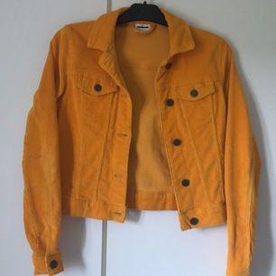 Detta är en gul liten jacka i materialet Manchester. Den är köpt på vero Moda och är i märket noisy mat och är i storlek XS (frakt tillkommer):)