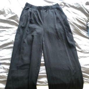 Säljer ett par byxor ifrån lager 157 i storlek S. Dom är lite pösigare. Inga fläckar eller skador.
