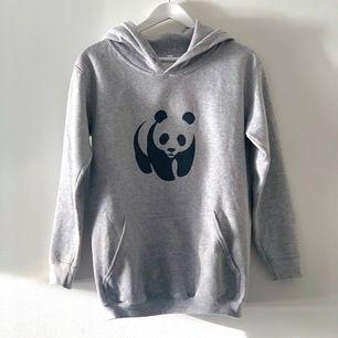 WWF hoodie köptes i 2018 och har nu blivit för liten  🙃😚 ( i fint skick )    tvättas och stryks innan leverans ✨🤍 Frakt 51kr
