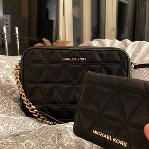Säljer min jättefina väska och plånbok från Michael Kors. Självklart äkta, köpta på NK i göteborg! Köp båda för 1000kr + jag står för frakt. Ordinariepris ihop = 3699💕